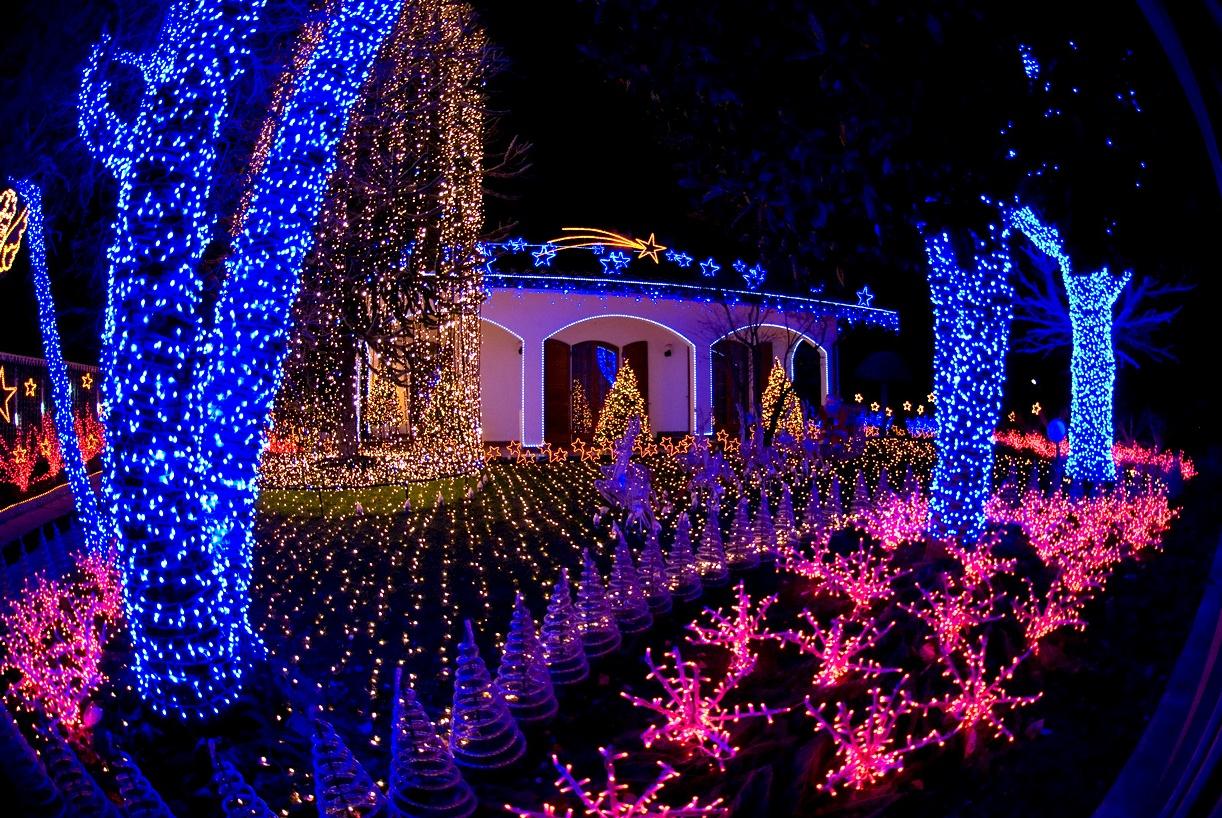 Casa di babbo natale spettacolo di luci e visite fino al - Luci da casa ...