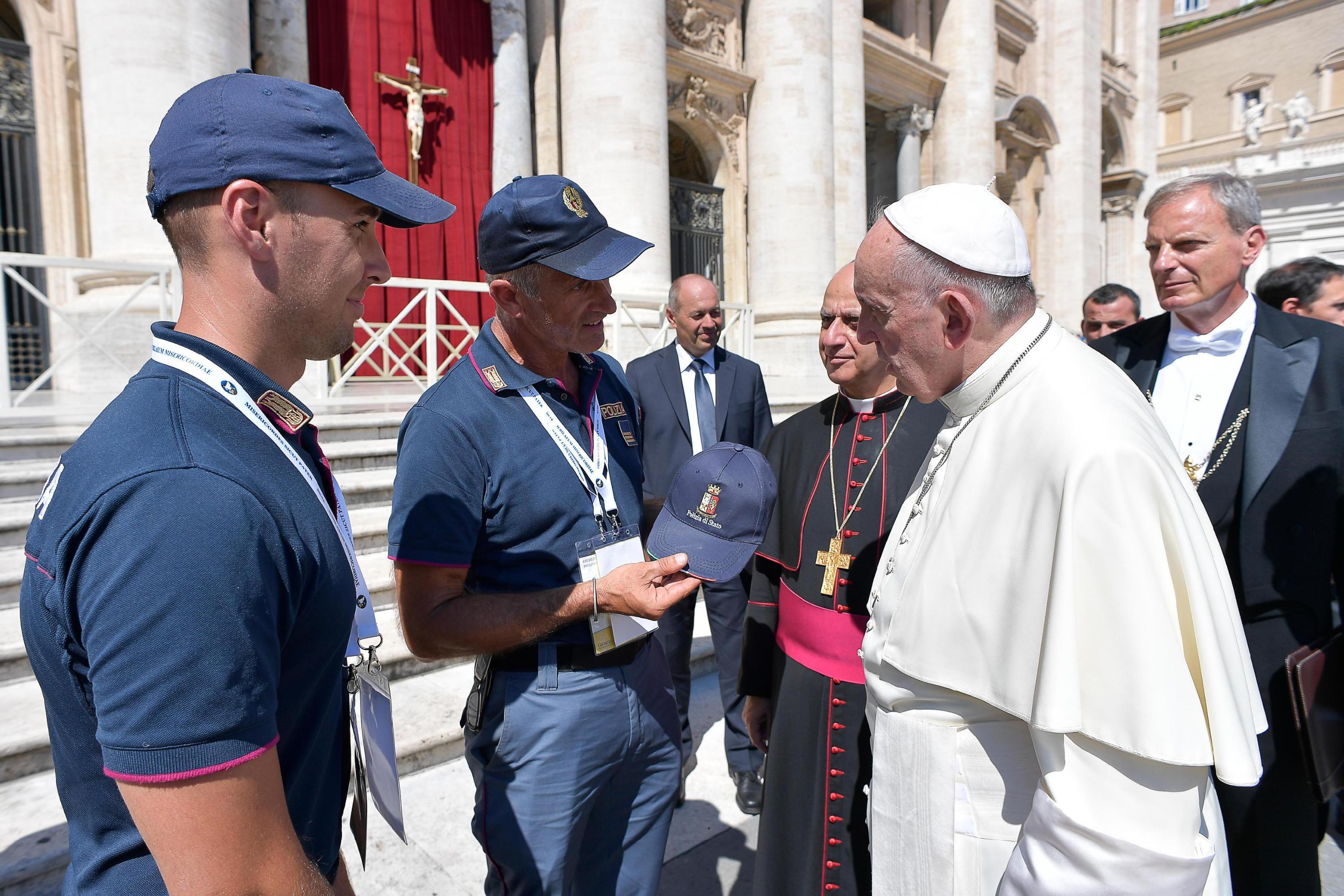 Papa francesco boom di volontari per l 39 arrivo del papa a - Papa francesco divano ...