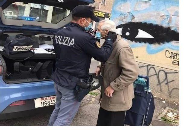 polizia regala mascherina a signore anziano