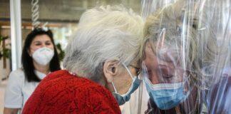 LOMBARDIA: una stanza degli abbracci in ogni residenza per gli anziani